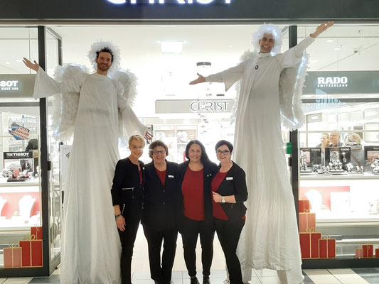 Engel als Stelzenläufer