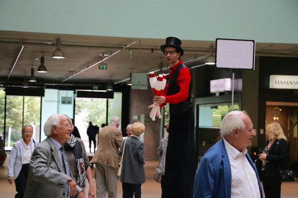 Jongleur und Stelzenläufer in der Schweiz