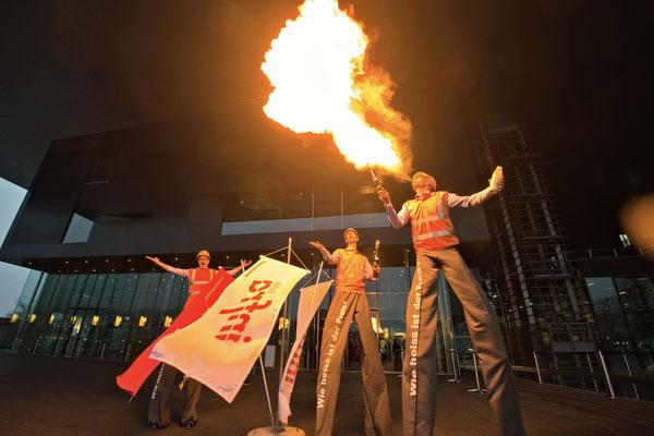 Stelzenläufer spucken Feuer an einem Firmenevent