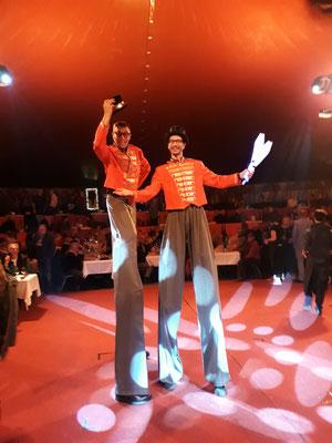 Stelzenläufer im Zirkus
