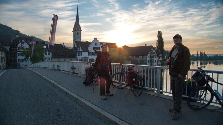 Brigitte Girsberger und Antonio Anta-Brink nach 05.00 Uhr auf der Brücke Stein am Rhein (Foto: Stephan Trösch)