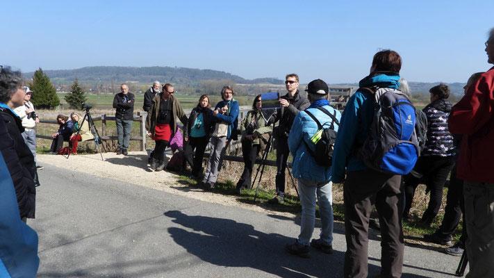 "Exkursionsleiter Pascal Parodi erläutert das Projekt ""Sielmann-Weiher"" (Foto: Antonio Idone)"
