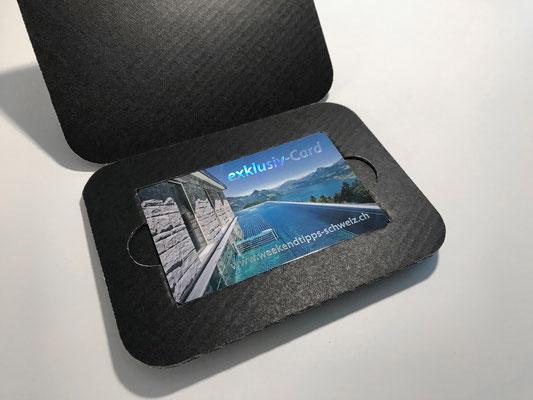 exklusiv-Card in Wellkarton-Verpackung, Vorderseite mit hochwertigem Hologramm-Glanzeffekt