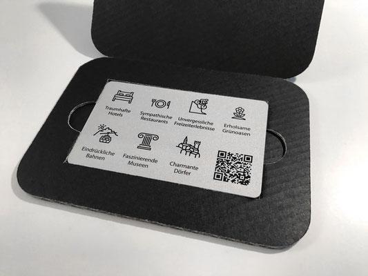 exklusiv-Card, Rückseite mit Themen-Icons und QR-Code, der den Zugang zur Online-Plattform ermöglicht