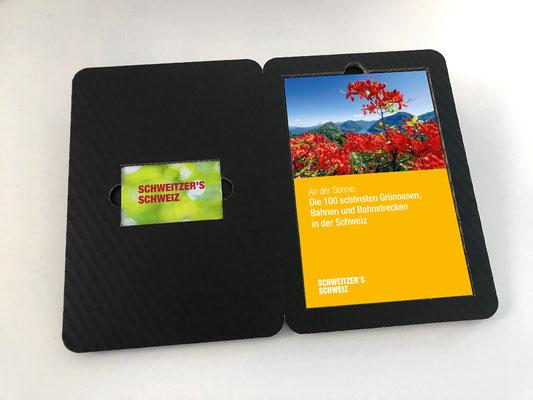 Membercard mit Weekendtipp-Doppelbooklet, Verpackung aus schwarzem Wellkarton, Die Membercard ermöglicht den Zugang zur Online-Plattform