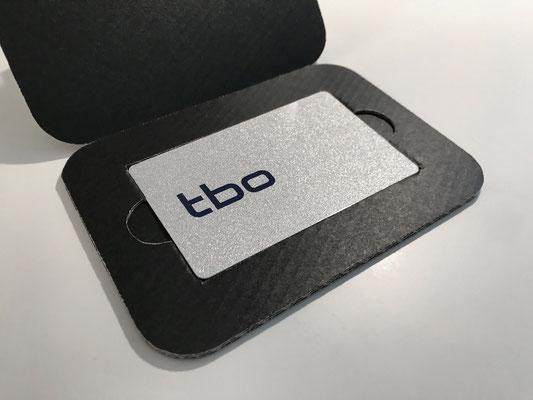 Membercard mit Silber glänzendem Hintergrund, Teile des Logos sind nicht sichtbar
