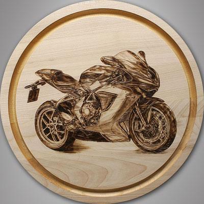 rundes handgedrechseltes Essbrett mit Motorrad