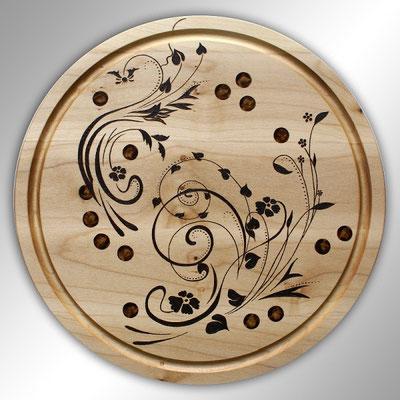 rundes handgedrechseltes Essbrett mit floralem Motiv
