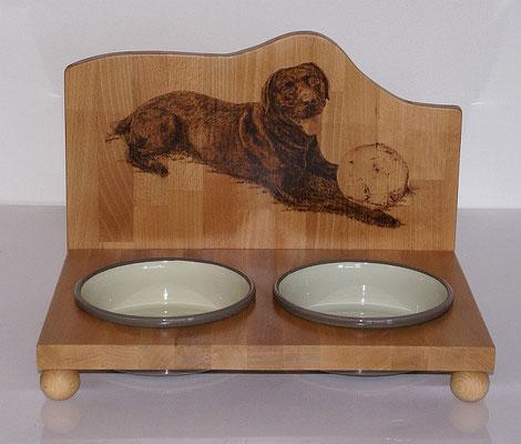 Futterbar Labrador mit Porzellannäpfen