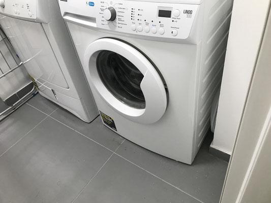 Buanderie avec lave linge et sèche linge
