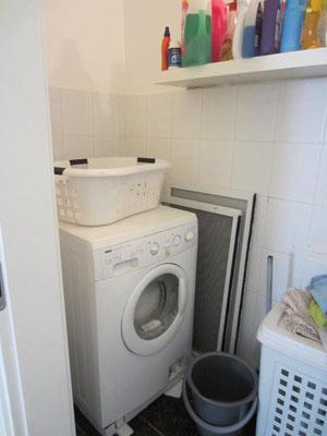 Buanderie avec lave-linge
