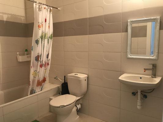 2ème salle de bain , avec baignoire