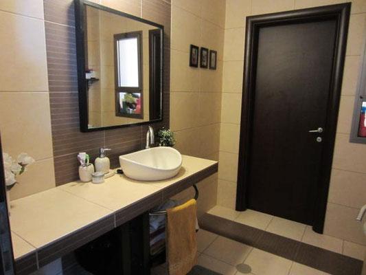 2ème salle de bain avec baignoire
