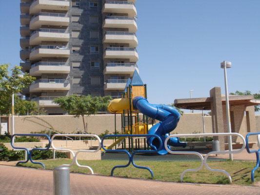 Parc de jeux en bas de l'immeuble