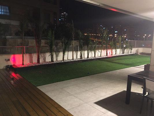Jardin éclairé la nuit