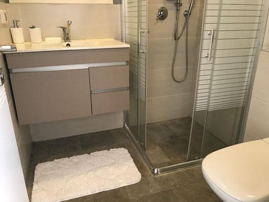 3ème Salle de bain avec douche