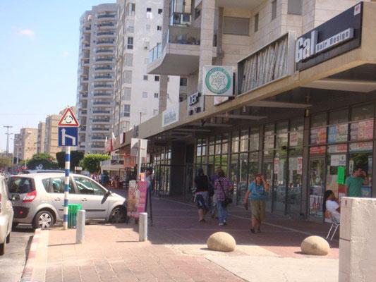 centre d'achats en bas de l'immeuble