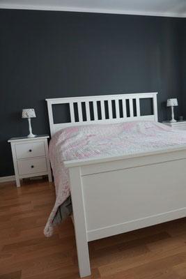 Glatte Wände im Schlafzimmer mit dunkle Wandfarben