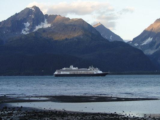 Kreuzfahrtschiff läuft in Seward aus