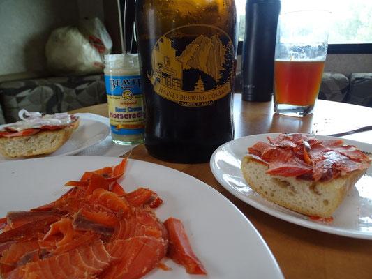 fresh smoked salmon mit lokalem Bier, hmmm