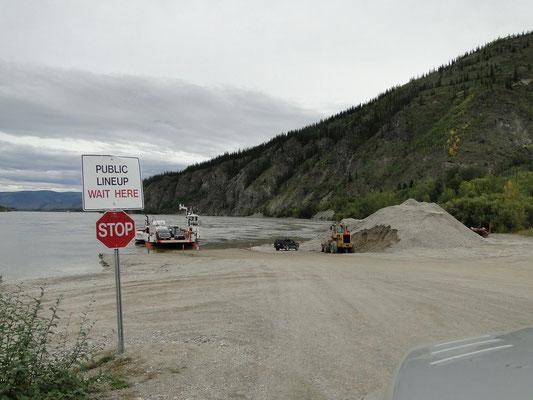 Fähre über Yukon bei Dawson (Zufahrt zur Fähre wird immer wieder neu gebaut)