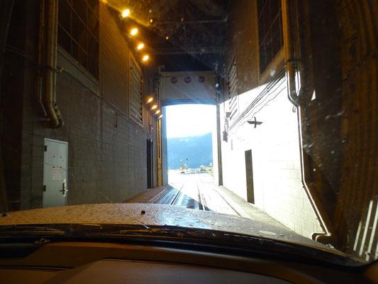 Ob ihr es glaubt oder nicht: Erst seit dem Jahr 2000 kann man auch mit dem Auto durch das Tunnel fahren - und zwar auf den Schienen!