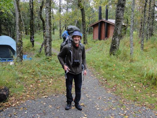 Truni mit dem ganzen Camper-Equipment auf dem Rücken