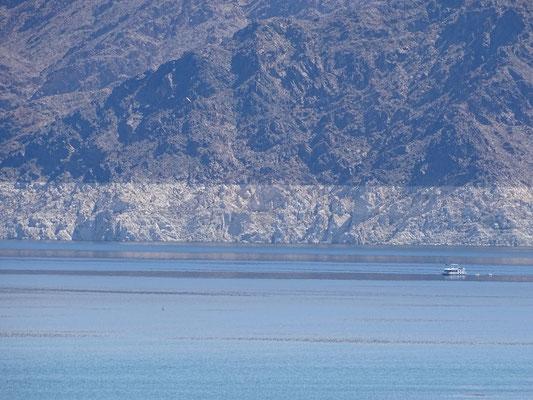 Die weisse Linie zeigt, wo das Wasser steht, wenn der See voll ist