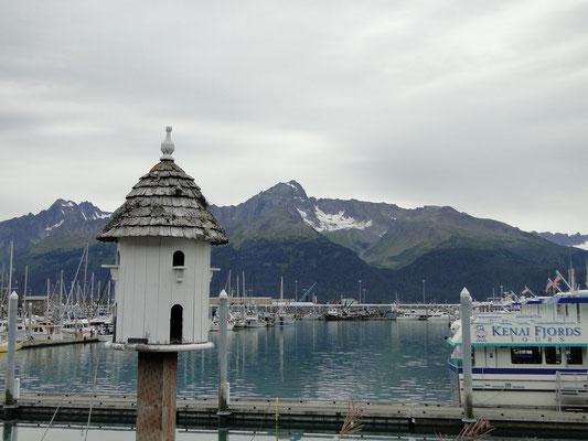 Vogelhäuschen vor pittoreskem Hintergrund