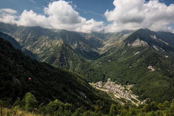 L'abitato di Piedicavallo raccolto dalla Valle Cervo