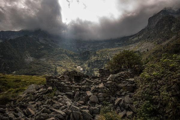 Il Monte Cresto avvolto dalle nubi visto dall'Alpe abbandonata della Vecchia; il lago, che non si vede causa prospettiva, è posto sul profilo poco sotto le nubi