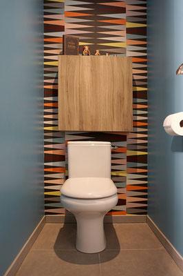 wc; toilettes; IKEA; Besta; bleu; papier peint IKEA; poupées russes