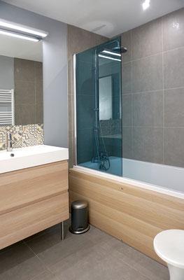 salled de bains; IKEA; Godmorgon; pare bains bleu; chene clair; Dalskar; credence; carreaux ciments