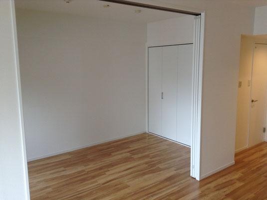 三枚引込戸を空けると大きな空間になります