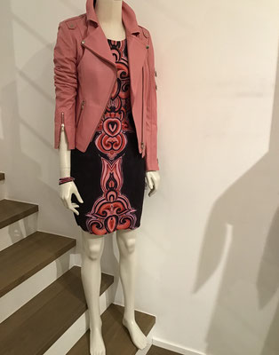 Schyia Lederjacke, 499,00€,      Wendekleid Anima Pop,  179,00€