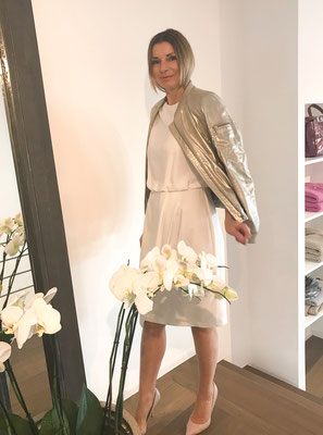 Kleid, The Pure, offwhite, 219,00 € - Lederjacke, 100% Leder, golden-vintage-Look, Schyia, 599,00 €
