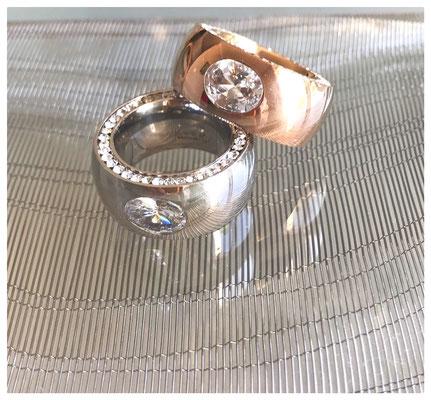 Cocktail-Ringe mit Swarovskistein und Pavé-Besatz in Edelstahl und 18 Karat vergoldet, je 79,00 €