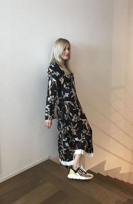 DOROTHEE SCHUMACHER: Kleid: Seide, 650,00 € - Sneaker 360,00 €
