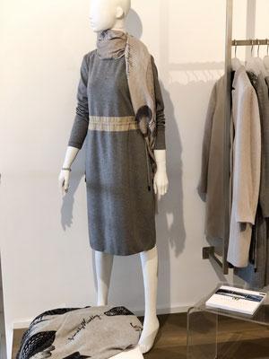 Kleid von Cappelini 399,00 €, Cashmereschal von Friendly Hunting