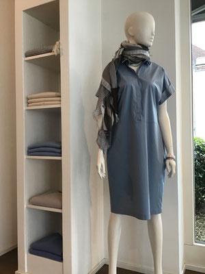 Kleid, Cappellini, 369,00 € - Schal, Henry Christ, 219,00 €