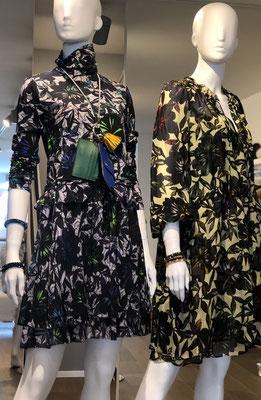 Dortothee Schumacher: [links]: Kleid 540,00 €, Presse-Set mit Karten- und Brillenetui 195,00 € [rechts]: Seidenkleid (Zweiteiler) 650,00 €
