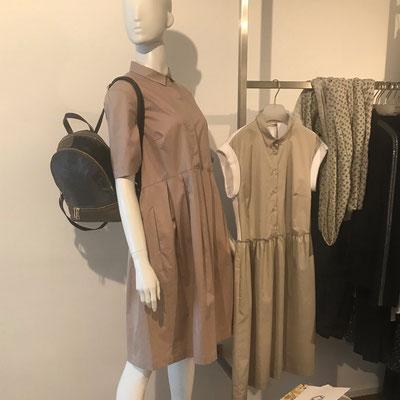 Kleid auf der Puppe, Cappellini, 369,00 € - Kleid auf dem Bügel, 379,00 € - Rucksack, 199,00 €