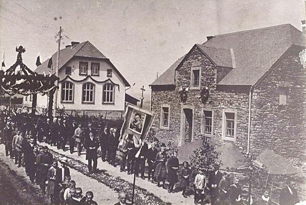 Im Hintergrund die Schule Ammeldingen in den 1930er Jahren, vorne Haus Kauth