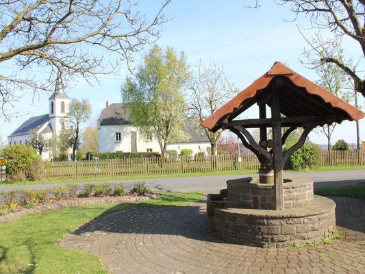 Brunnenplatz mit Pfarrhaus und Pfarrkirche 2017