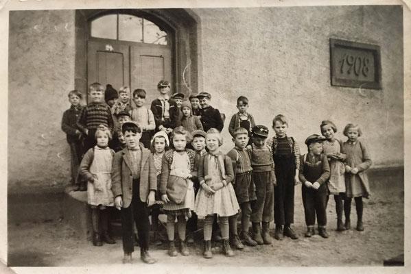 Schulklasse vor der Ammeldinger Schule ca. 1960