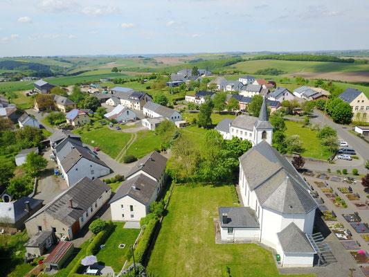 Luftaufnahme Oberdorf (Kirche-Pfarrhaus-DGH-Schule) im Mai 2017