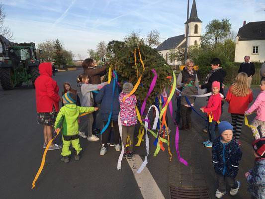 """Maibaumaufstellen 2017 """"Die Kinder schmücken..."""""""