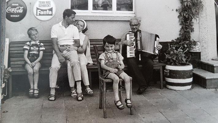 Touristen und Einheimische ca. 1970