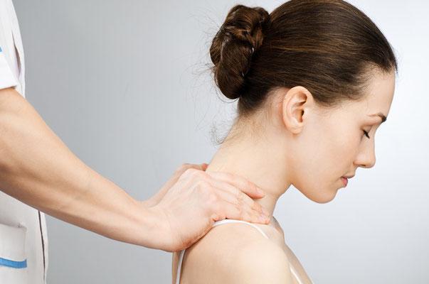Nackenmassage Dame im Sitzen