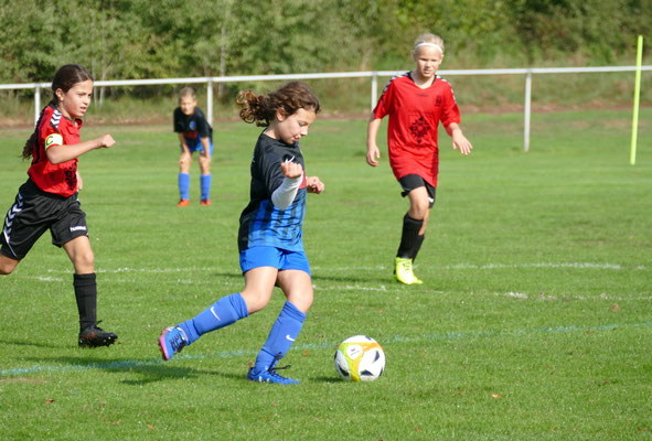 Auch Ayla, die gerade erst nach den Ferien mit Fußball angefangen hat, zählt heute schon zu den Torschützen